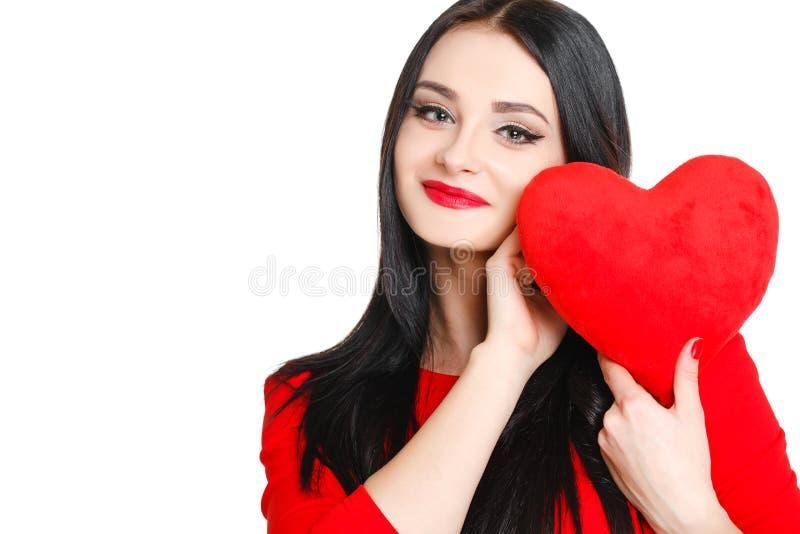 Stående av en härlig kvinna med röd hjärta i händer arkivfoton