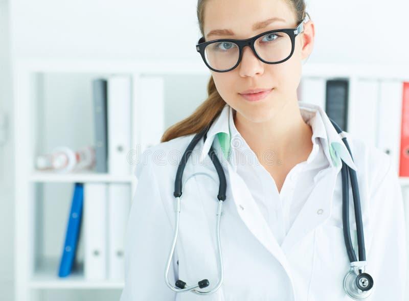 Stående av en härlig kvinnlig medicindoktor eller sjuksköterska som lokking in i kameran Medicinsk vård- eller försäkringbegrepp royaltyfria bilder