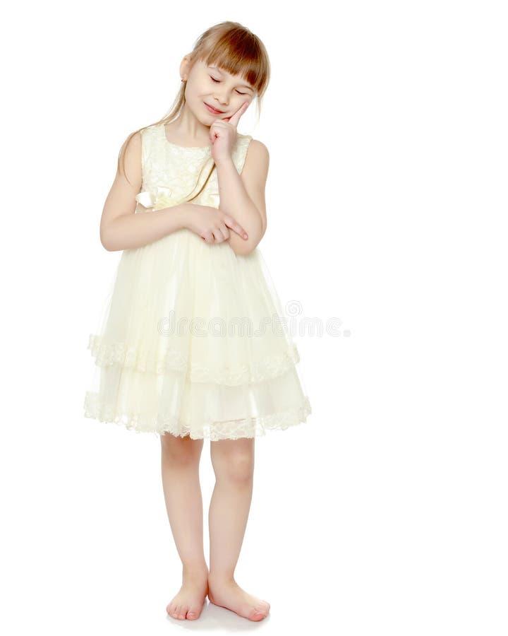 Stående av en härlig liten flicka royaltyfri bild