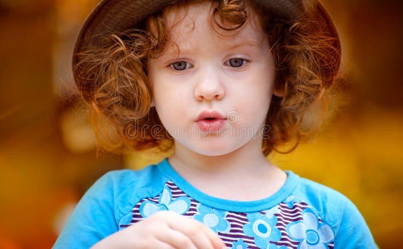 Stående av en härlig liten flicka arkivfoto