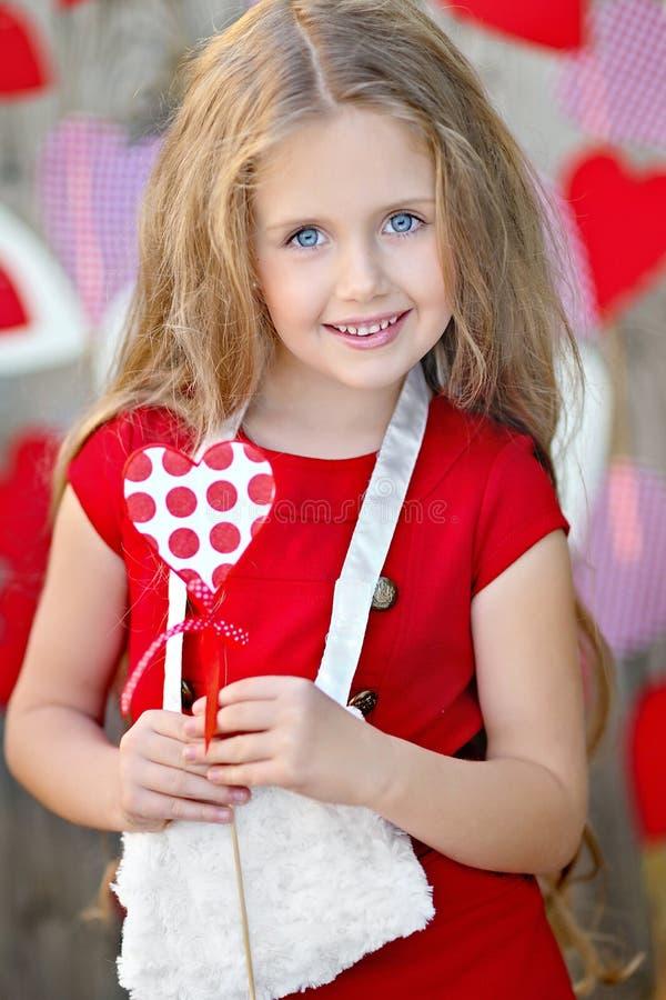 Stående av en härlig liten flicka fotografering för bildbyråer
