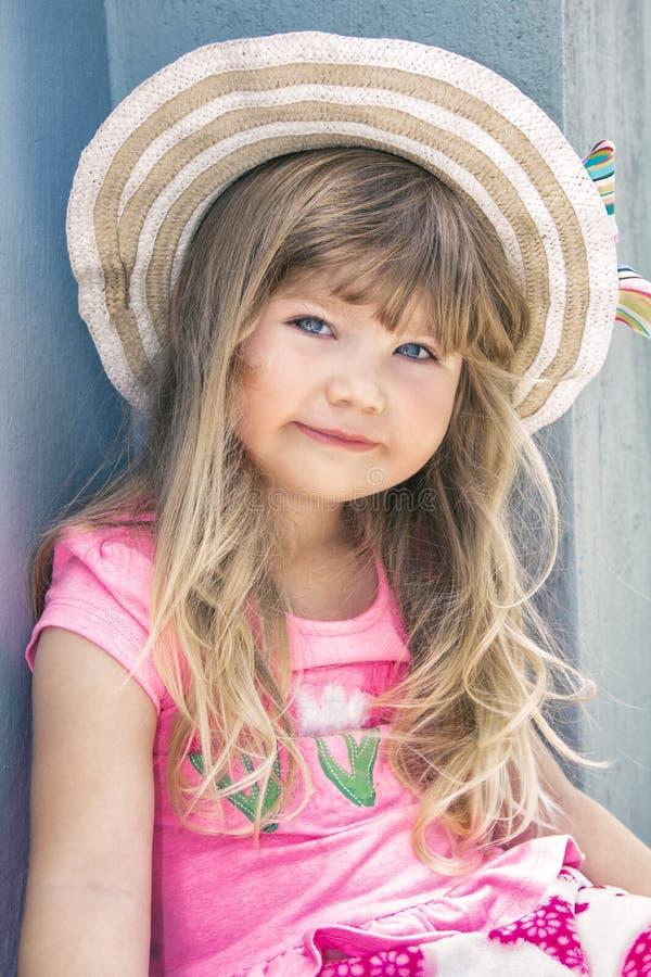 Stående av en härlig liten flicka i en hatt royaltyfria foton