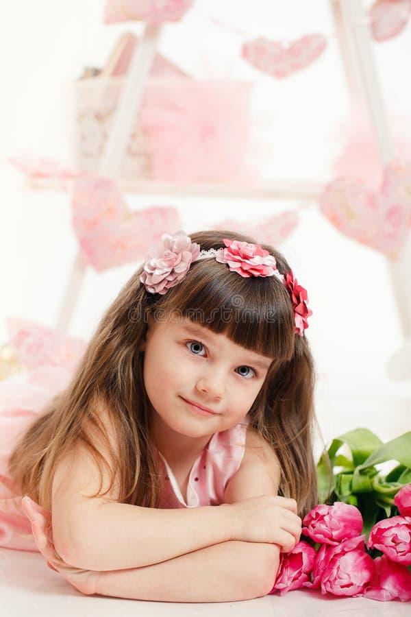 Stående Av En Härlig Liten Flicka Med Blommor Arkivfoto