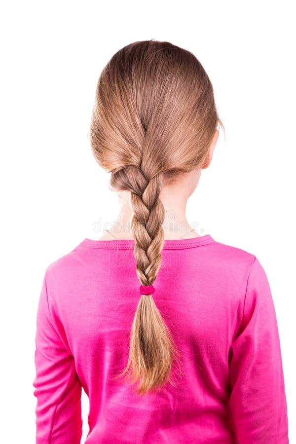 Stående av en härlig liten flicka med långt hår i en flätad tråd. Begrepp för håromsorg. arkivfoto