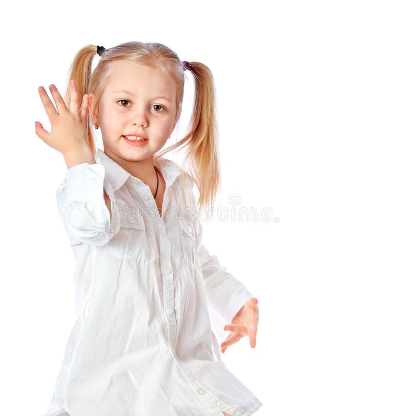 Stående av en härlig liten flicka på en vit bakgrund arkivbilder