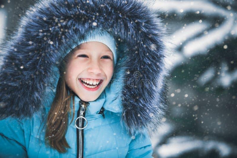 Stående av en härlig liten gladlynt flicka Ett barn i vintern utomhus royaltyfria bilder