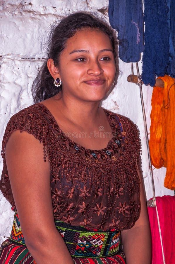 Stående av en härlig Mayan kvinna i traditionell dräkt royaltyfri foto