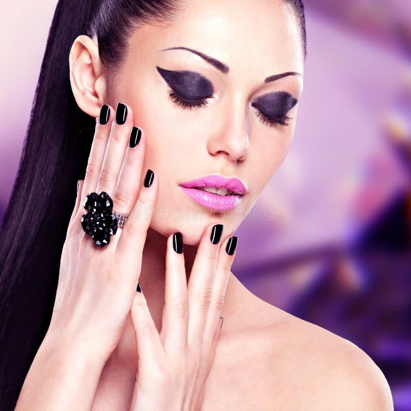 Stående av en härlig modekvinna med ljus makeup arkivfoto