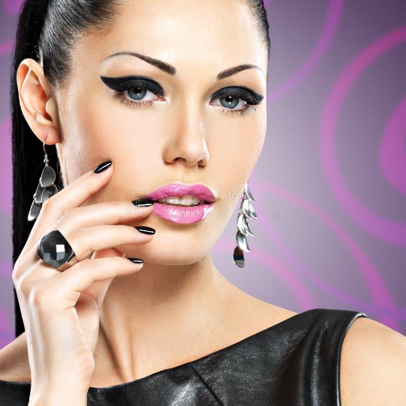 Stående av en härlig modekvinna med ljus makeup royaltyfri bild