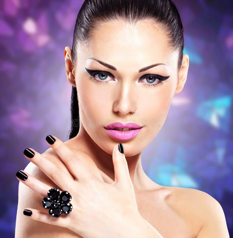 Stående av en härlig modekvinna med ljus makeup arkivbild