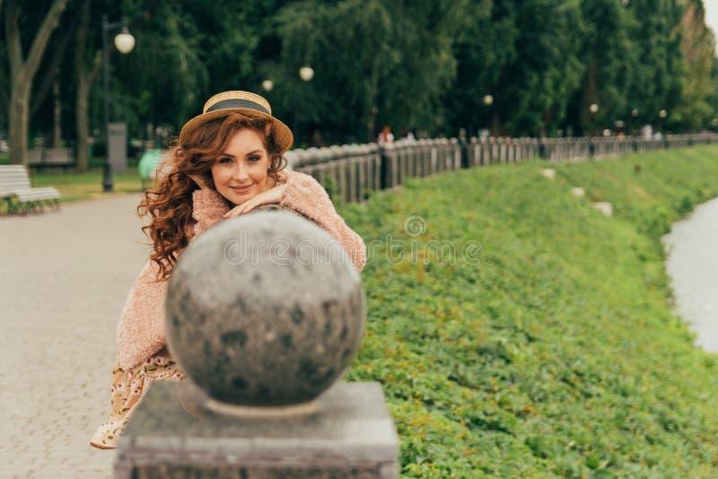 Stående av en härlig och attraktiv flicka i parkera, med brunn-ansat rött hår, håromsorg, royaltyfria foton