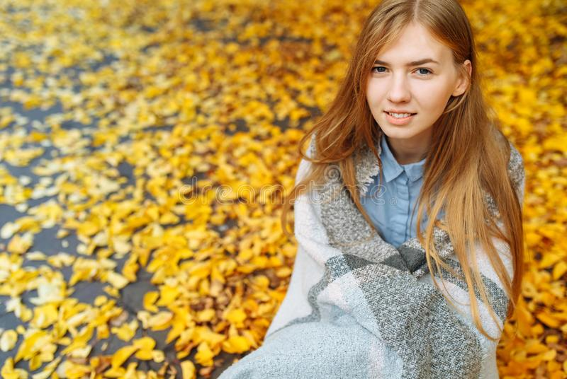Stående av en härlig, söt gladlynt flicka som går i parkera i höstsäsong royaltyfri fotografi