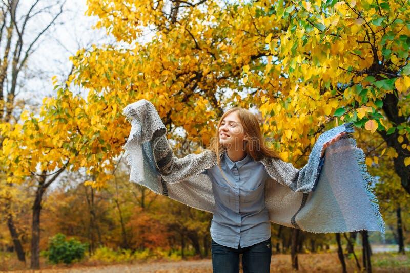 Stående av en härlig, söt gladlynt flicka som går i parkera i höstsäsong royaltyfria bilder