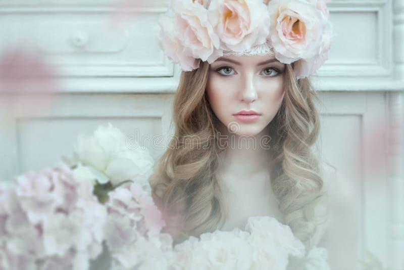 Stående av en härlig söt kvinna med rosor i lockigt hår Runt om blommor arkivfoton