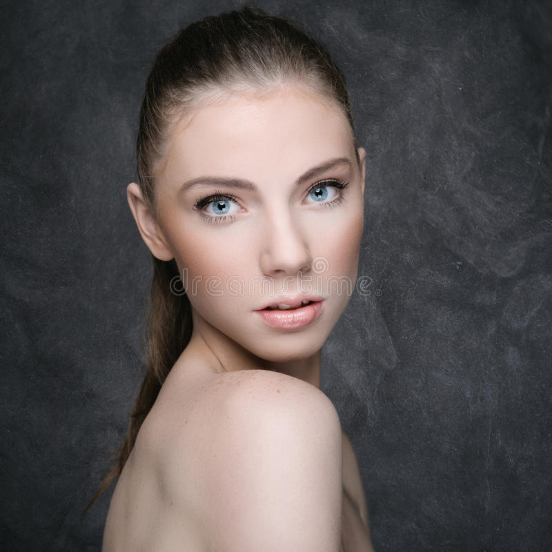 Stående av en härlig sexig kvinna royaltyfria bilder