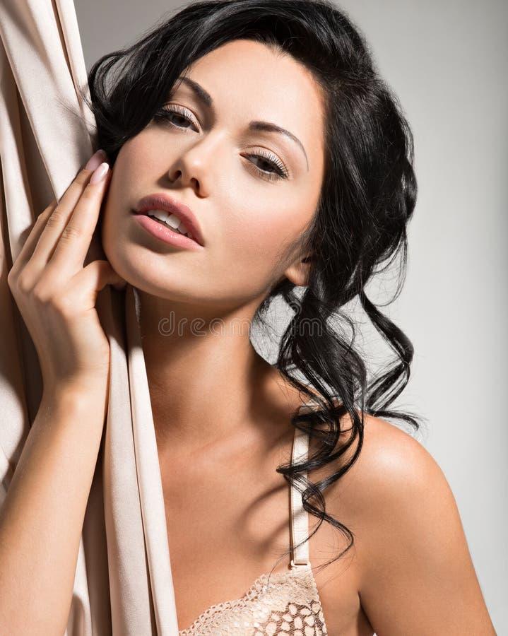 Stående av en härlig sexig mjuk kvinna med idérik hairstyl royaltyfri fotografi