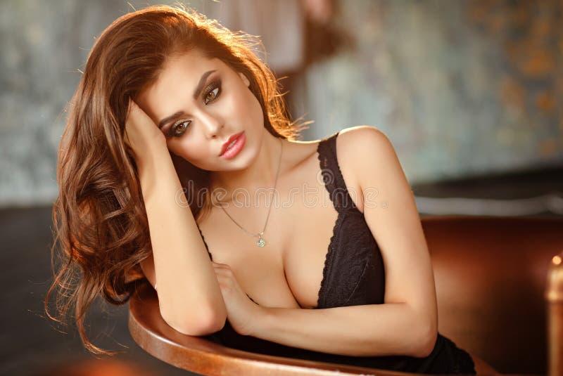 Stående av en härlig sexig och glamorös brunettflicka royaltyfria bilder