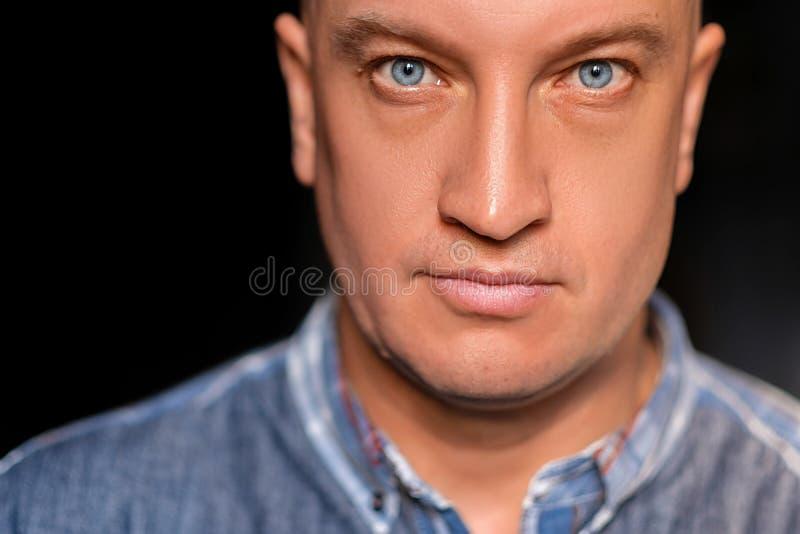 Stående av en härlig skallig man med blåa ögon royaltyfri bild