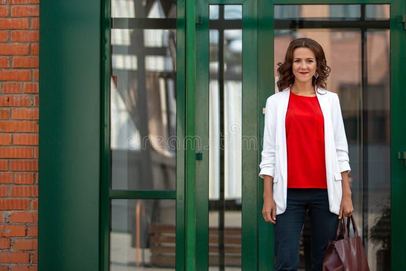Stående av en härlig stilfull affärskvinna utomhus arkivbilder
