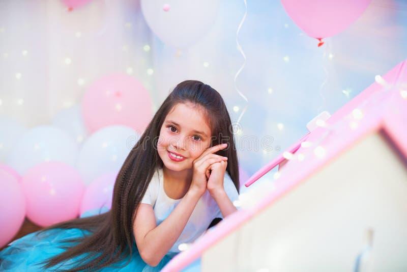 Stående av en härlig tonårig flicka i en frodig mångfärgad ballerinakjolkjol i ett ballonglandskap folie- och latexballonger fyll arkivfoton