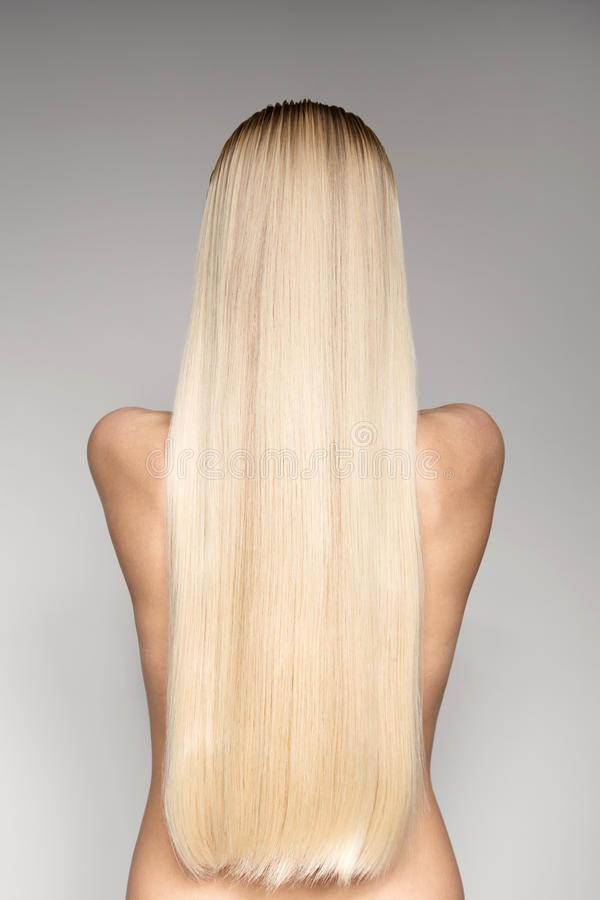 Stående av en härlig ung blond kvinna med långa raka Hai royaltyfria bilder