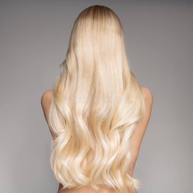 Stående av en härlig ung blond kvinna med långt krabbt hår royaltyfria foton