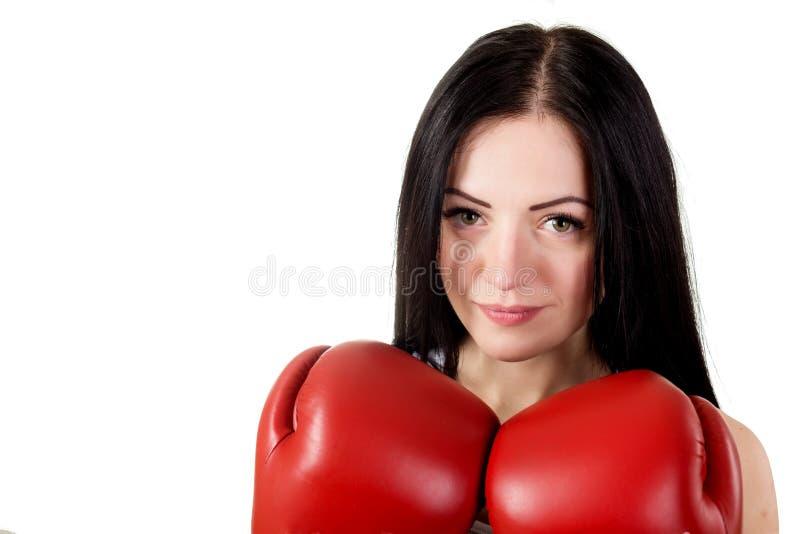 Stående av en härlig ung brunettkvinna med röd boxningglo royaltyfria foton