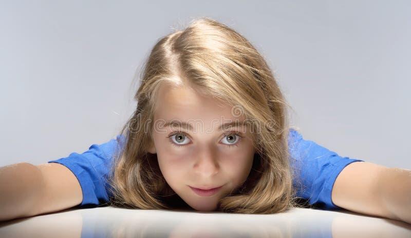 Stående av en härlig ung flicka royaltyfria foton