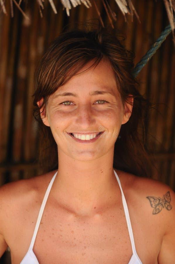 Stående av en härlig ung flicka Med gröna ögon och tatueringen royaltyfria foton