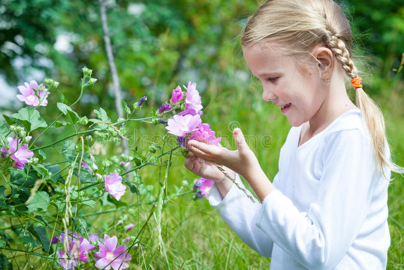Stående av en härlig ung flicka med vildblommor arkivbilder