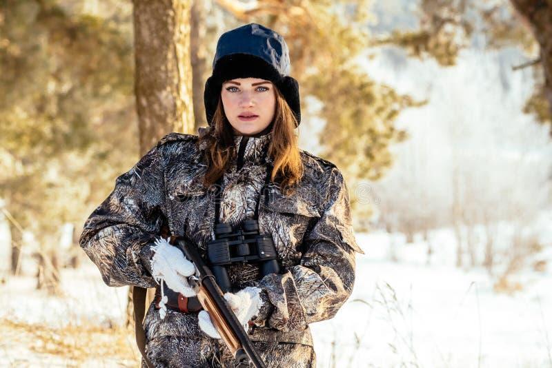 Stående av en härlig ung flicka, medan jaga i ett vinterstift royaltyfri foto