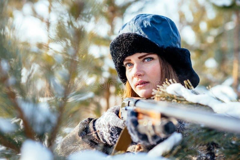 Stående av en härlig ung flicka, medan jaga i ett vinterstift arkivfoton