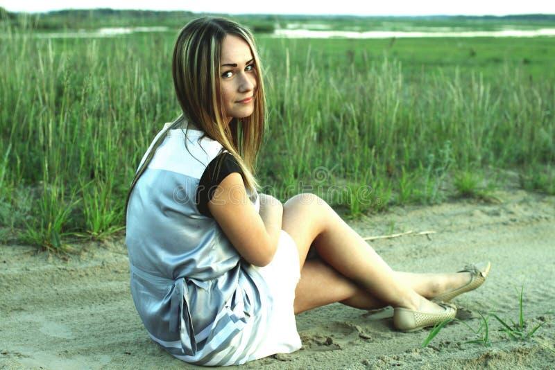 Stående av en härlig ung flicka på en bakgrund av staden royaltyfria bilder