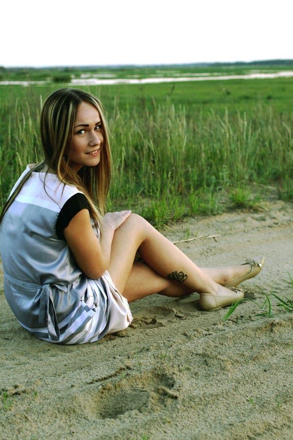 Stående av en härlig ung flicka på en bakgrund av staden arkivbilder