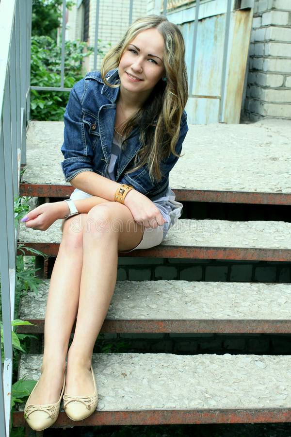 Stående av en härlig ung flicka på en bakgrund av staden royaltyfri bild