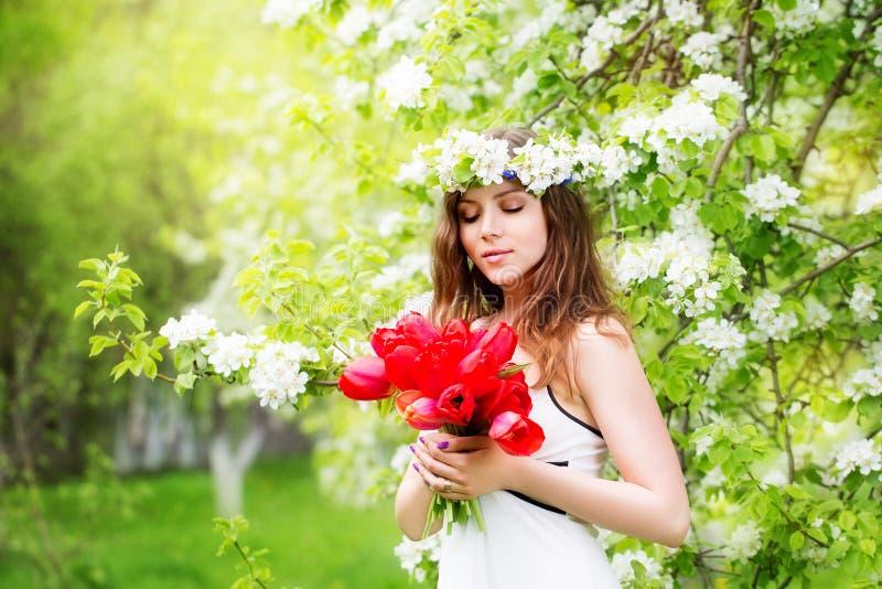 Stående av en härlig ung kvinna i en krans av vårblomman royaltyfria bilder