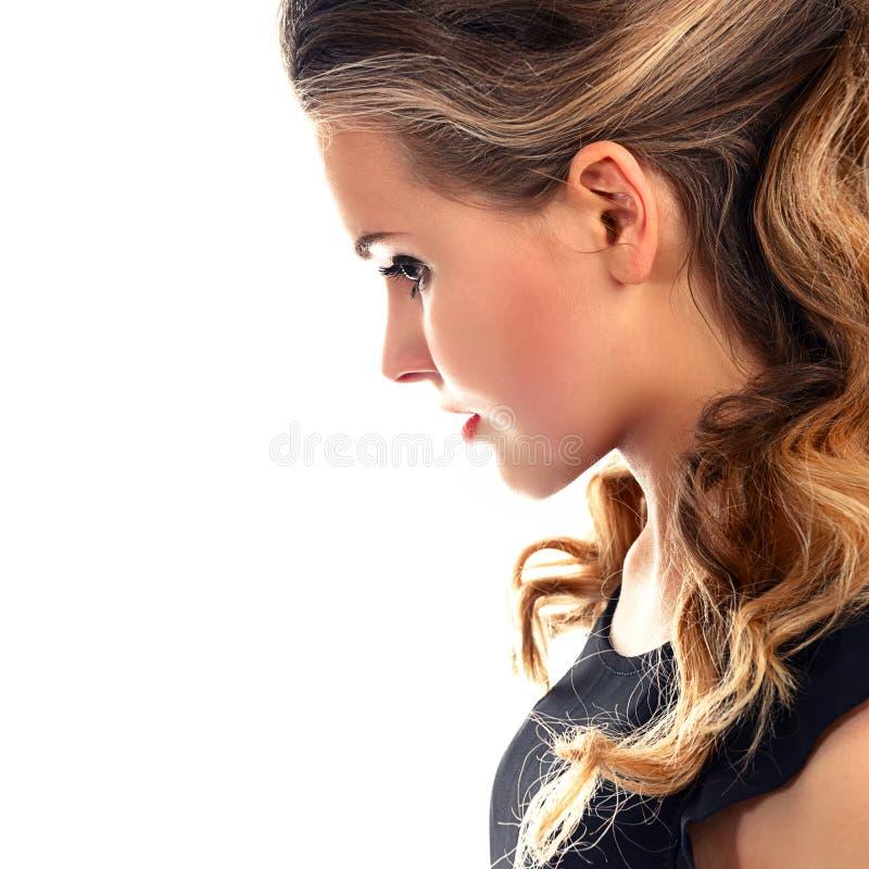 Stående av en härlig ung kvinna i profil fotografering för bildbyråer