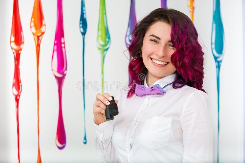 Stående av en härlig ung kvinna i en skönhetsalong manicurist arkivfoto