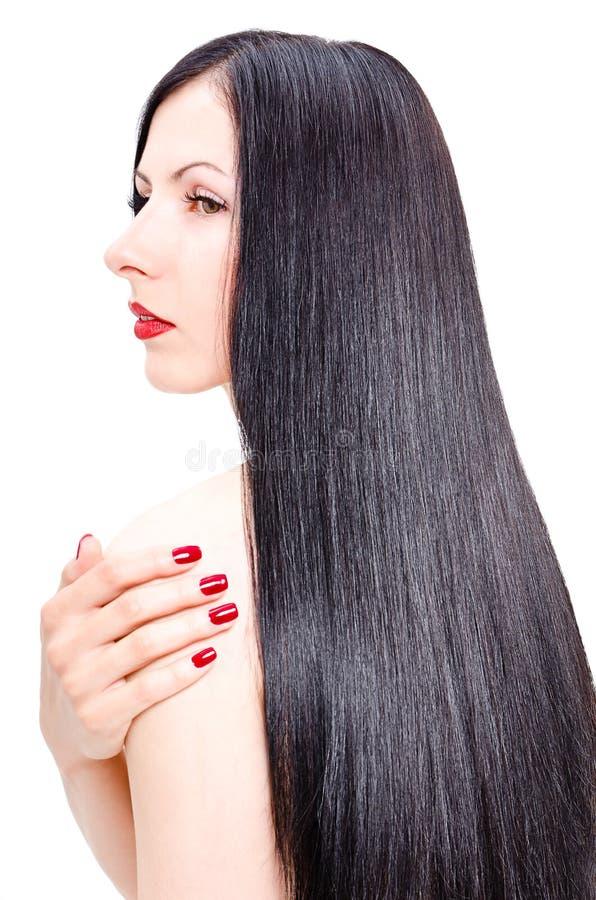 Stående av en härlig ung kvinna med ansat långt rakt hår arkivfoto