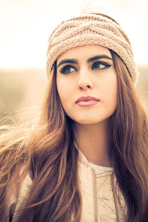Stående av en härlig ung kvinna med den rosa huvudbindeln och långt hår royaltyfria foton