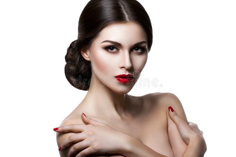 Stående av en härlig ung kvinna med ett yrkesmässigt smink på en vit bakgrund perfekt skönhet royaltyfria bilder