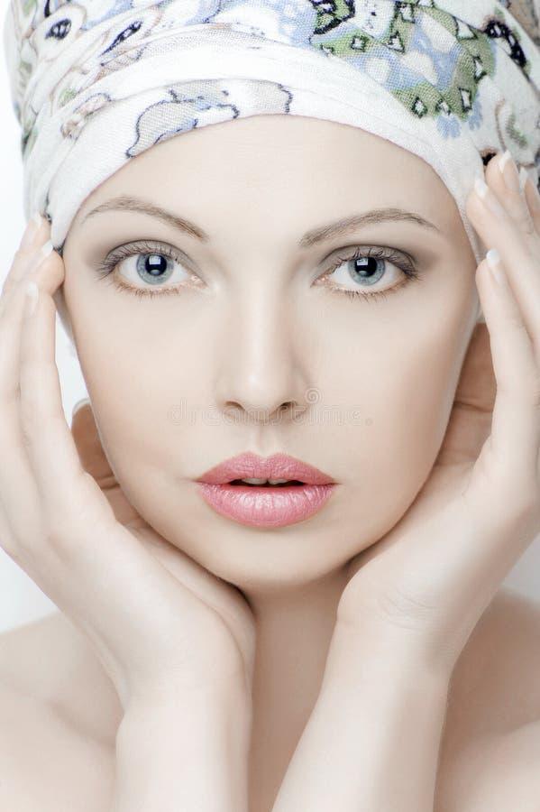 Stående av en härlig ung kvinna med ren hud arkivfoton