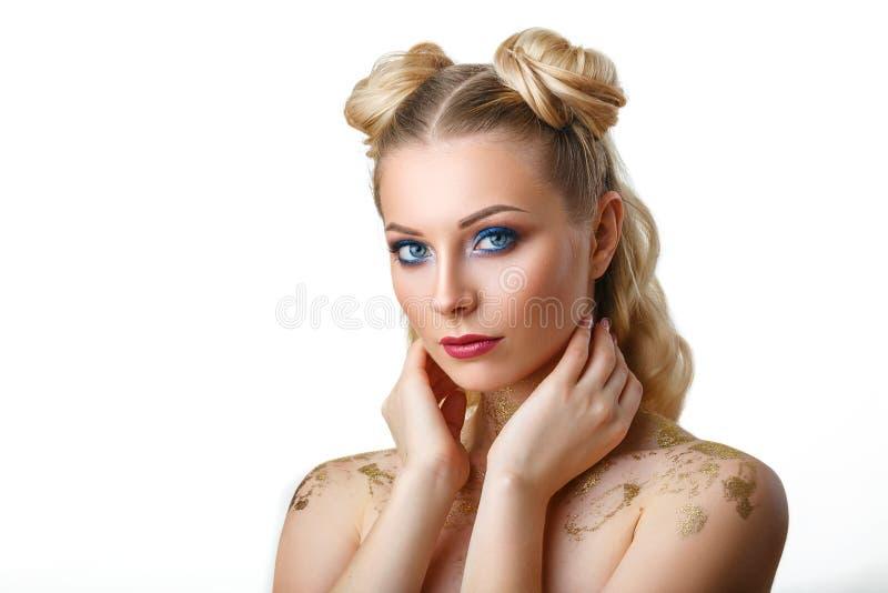 Stående av en härlig ung kvinna med vitt hår, med ett ljust smink, härliga ögon, på en vit bakgrund royaltyfri foto