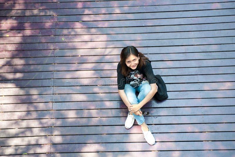 Stående av en härlig ung le flicka, attraktiv ung woma royaltyfri foto