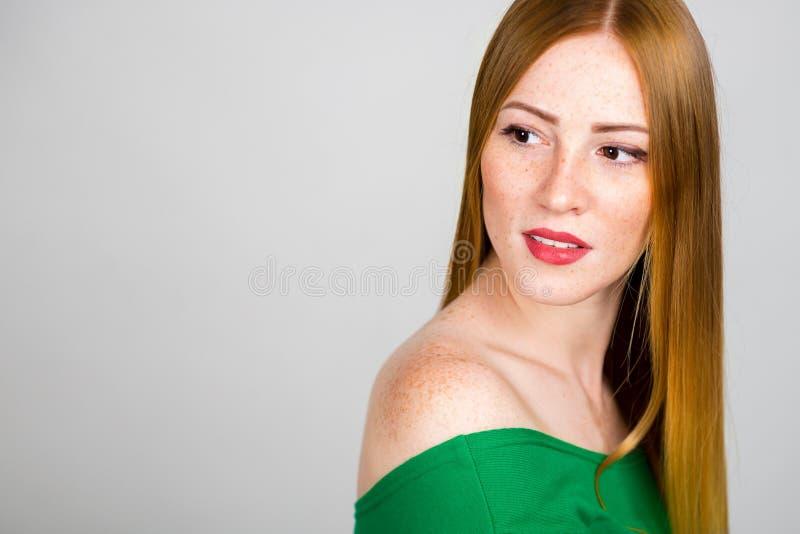 Stående av en härlig ung rödhårig kvinna royaltyfri bild