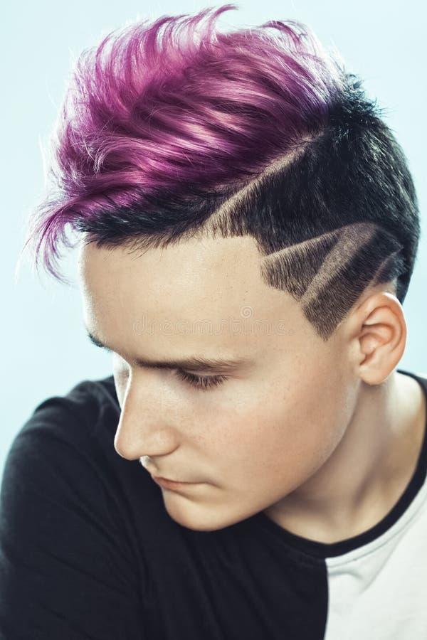 Stående av en härlig ung tonåring med en härlig idérik frisyr fotografering för bildbyråer