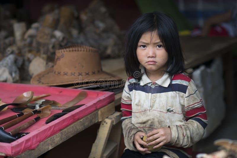 Stående av en härlig vietnamesisk flicka från lite lantlig by i Sapa med olyckligt uttryck Lao Cai Vietnam royaltyfri foto