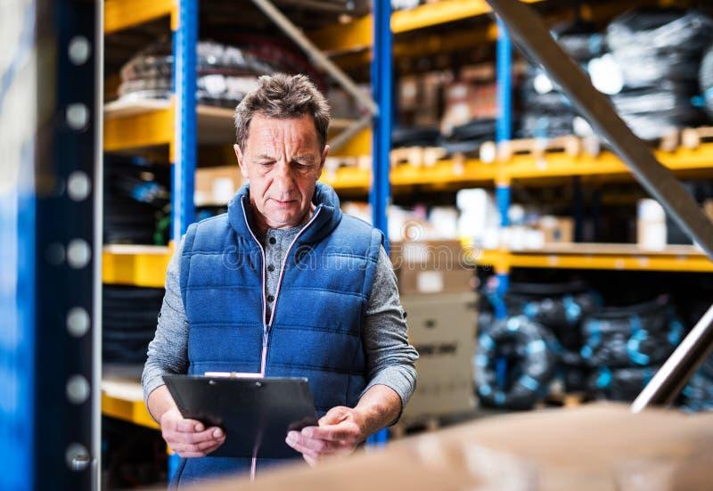 Stående av en hög manlig lagerarbetare eller en arbetsledare arkivfoton