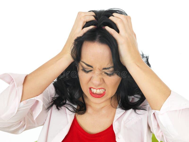 Stående av en ilsken frustrerad ung latinamerikansk kvinna som känner sig stressad royaltyfria bilder