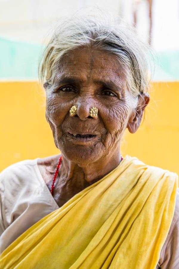 Stående av en indisk gammal hög fattig kvinna med sareen arkivbild